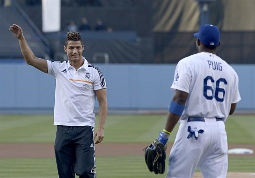 بالفيديو .. رونالدو يجرب نفسه في البيسبول