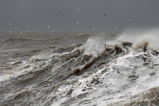 سباح روسي يقطع البحر الأسود في 17 يوما