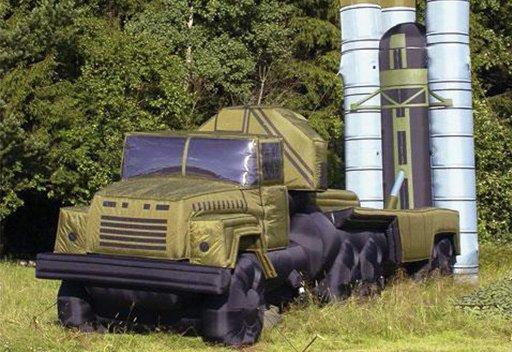 العسكريون الروس يقدمون طلبية النماذج المنفوخة للمعدات العسكرية