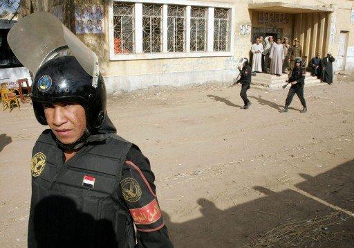 إصابة شخصين بانفجار قنبلة أمام قسم للشرطة في القاهرة