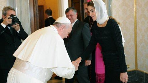 بابا الفاتيكان ينحني للملكة رانيا ويثير جدلا لدى الكاثوليك