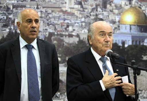 بلاتر يثق في رفع القيود عن الأندية الفلسطينية تماما