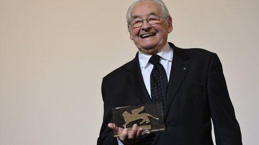 مخرج بولندي يكرم بجائزة خاصة في مهرجان فينيسيا السينمائي لقاء إخراج فيلم عن ليخ فالينسا
