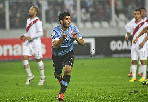 سواريز يقود الأوروغواي إلى الفوز على البيرو في تصفيات مونديال 2014