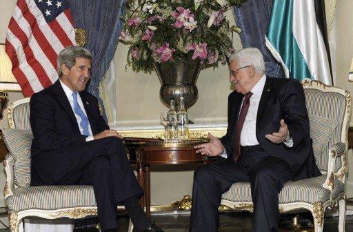 عباس وكيري يبحثان جهود استكمال مباحثات التسوية السلمية مع الاسرائيليين