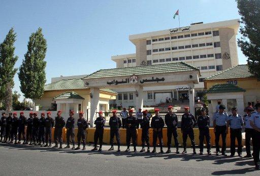فصل نائب اردني اطلق الرصاص من كلاشنكوف على زميله داخل البرلمان