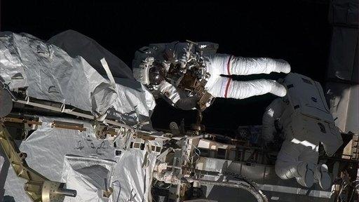 ناسا توقف خروج رواد الفضاء خارج مركبتهم في بدلات أمريكية