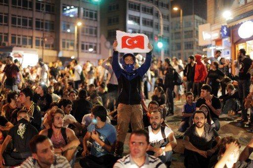 الشرطة التركية تستخدم الغاز المسيل وتعتقل متظاهرين باسطنبول