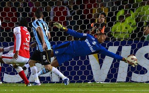بالفيديو... لاعب برازيلي يمرر الكرة 3 مرات من بين قدمي خصمه