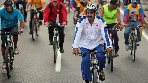 بالفيديو .. الرئيس الفنزويلي يسقط عن دراجته مذكرا بسقوط اردوغان عن فرس