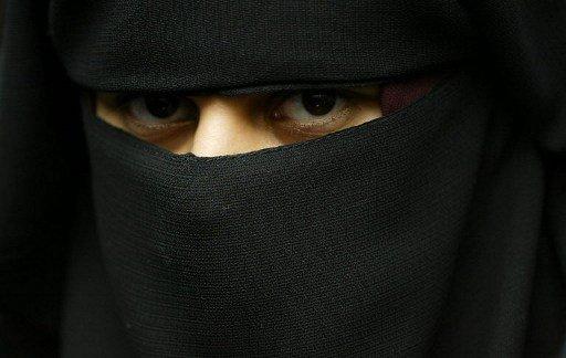 قاض بريطاني يسمح لامرأة بارتداء النقاب أثناء المحاكمة شريطة خلعه لدى الإدلاء بالشهادة