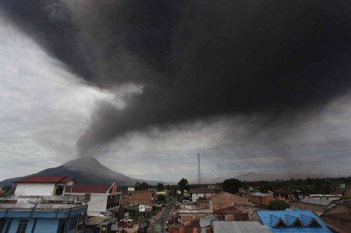 إجلاء أكثر من 9 آلاف شخص جراء ثورة بركان بإندونيسيا