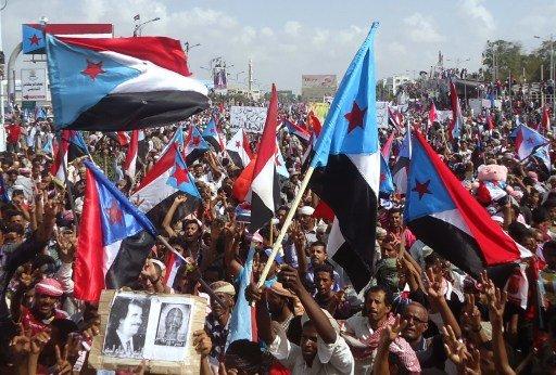 المئات من انصار الحراك الجنوبي يتظاهرون في عدن رفضا لنتائج الحوار الوطني