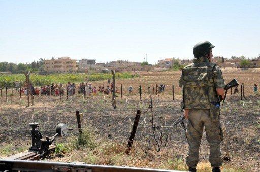 تركيا تغلق معبرا على حدودها مع سورية بعد اشتباكات في بلدة أعزاز