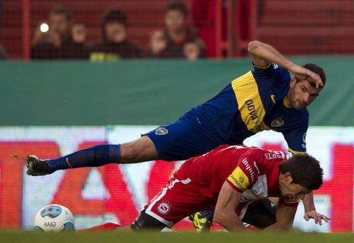 بالفيديو في الدوري الأرجنتيني.. لاعب يتدخل على الكرة برأسه ويفقد 3 أسنان