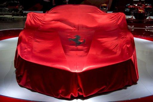 رونالدو يحتفل بتجديد الولاء لريال مدريد بشراء سيارة فيراري