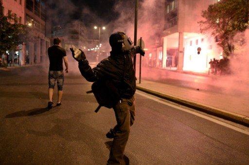 مظاهرات مناهضة للفاشية في اليونان تتحول إلى اشتباكات عنيفة مع الشرطة