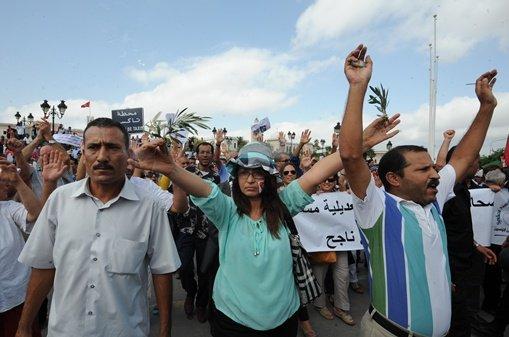 آلاف التونسيين يتظاهرون ضد حكومة الإسلاميين في أنحاء البلاد