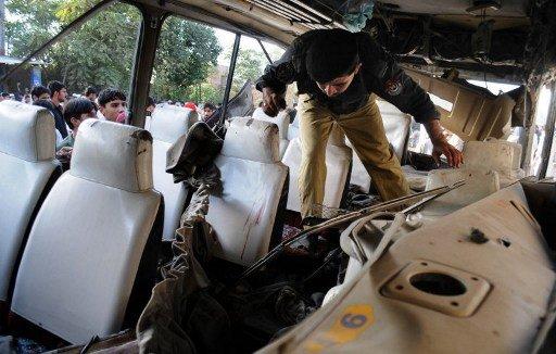 مقتل 19 شخصا بانفجار قنبلة قرب حافلة تقل موظفين حكوميين في باكستان