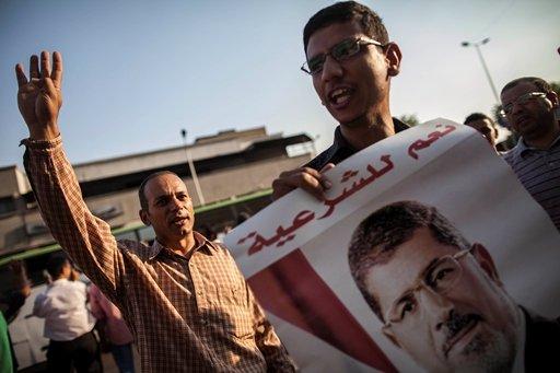 مئات يتظاهرون في أنحاء القاهرة تأييدا لمحمد مرسي
