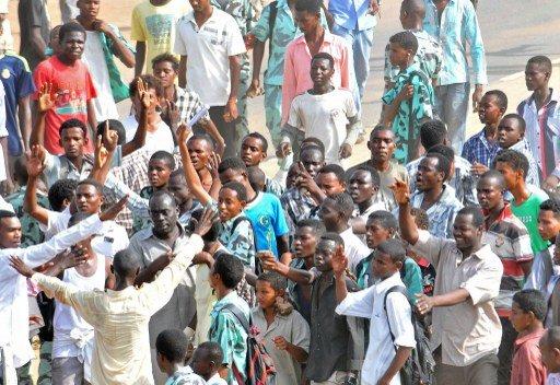 آلاف المحتجين في شوارع الخرطوم يطالبون بتنحي البشير