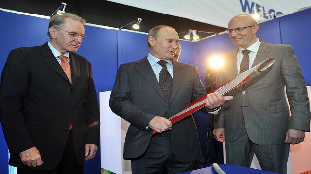 بوتين يطلق الشرارة الأولى لشعلة أولمبياد سوتشي في رحلتها في المدن الروسية