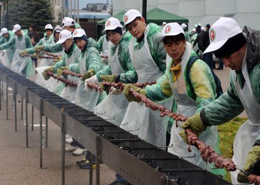 مدينة قازان الروسية تقدم أطول سيخ شواء للحم الحلال في العالم