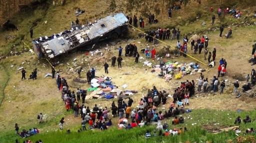 مصرع ما لا يقل عن 15 شخصا واصابة 20 آخرين بحادث انقلاب حافلة بالبيرو