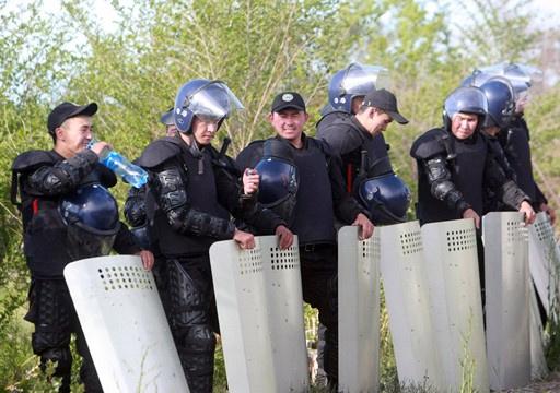 قوات الأمن القرغيزية تحرر مسؤولا حكوميا خطفه محتجون مطالبون بتأميم منجم للذهب