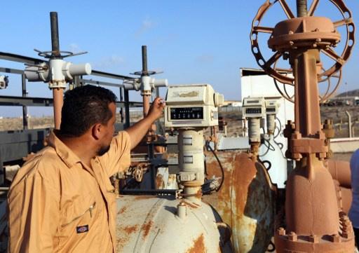 أسعار النفط تقلص مكاسبها بعد اطلاق سراح رئيس الوزراء الليبي
