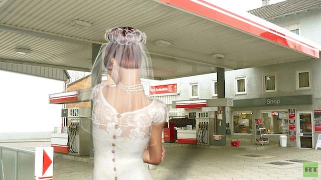 في طريقهما لشهر العسل .. عريس ألماني يترك عروسه في محطة بنزين