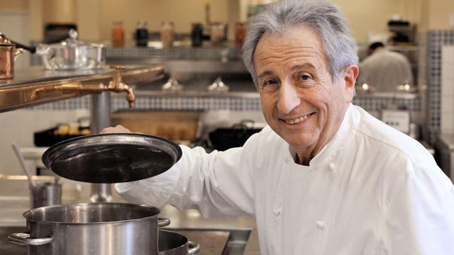 الطباخ الفرنسي المشهور يعرف طريقة جمع المفيد واللذيذ في الطعام