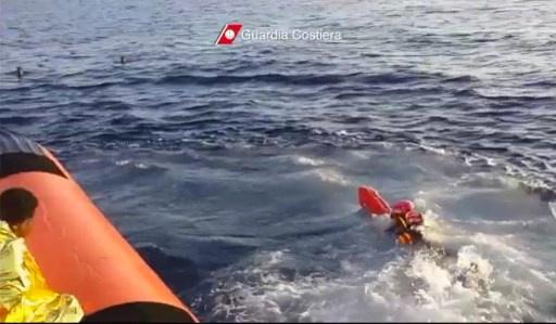 مقتل 50 شخصا وإنقاذ 220 آخرين من المهاجرين غير الشرعيين كانوا على متن قارب غرق قرب سواحل إيطاليا