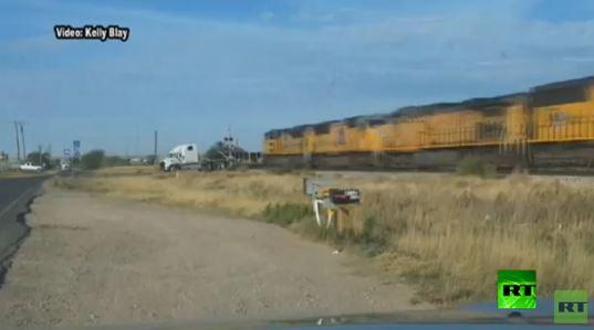 بالفيديو .. قطار يصطدم بشاحنة بدت كقطعة كرتون هشة