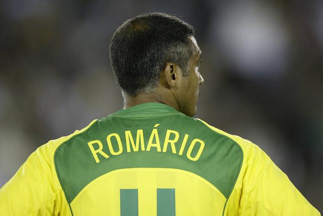 محكمة برازيلية تلزم روماريو بدفع 2.5 مليون دولار لجيرانه