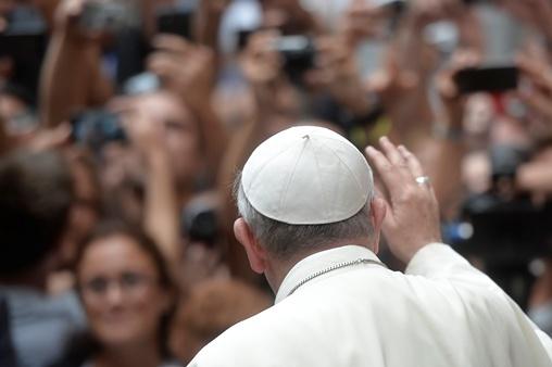 بابا الفاتيكان يهدي 200 يورو لسيدة إيطالية سرقت منها 54 يورو اقترضتها لشراء الدواء لزوجها