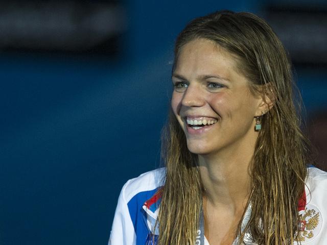 السباحة الروسية يوليا يفيموفا تفوز بالذهبية في سباق 200 متر