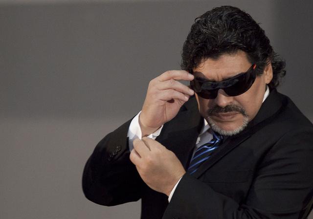 مارادونا يساند الإمارات في مونديال الشباب.. وصحف أرجنتينية تتهمه بالخيانة
