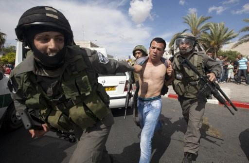 القوات الإسرائيلية تعتقل 4 فلسطينيين قرب مدخل بيت أمر