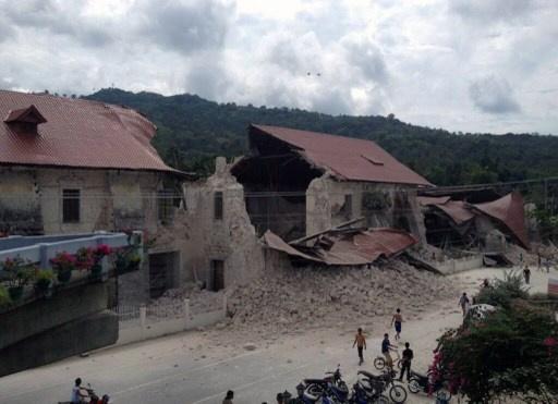 نحو مائة قتيل ومئات الجرحى في زلزال مدمر ضرب وسط الفلبين