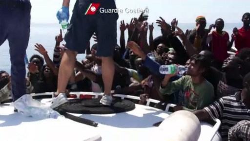 البحرية الإيطالية تنقذ 300 مهاجر في البحر بين صقلية وليبيا