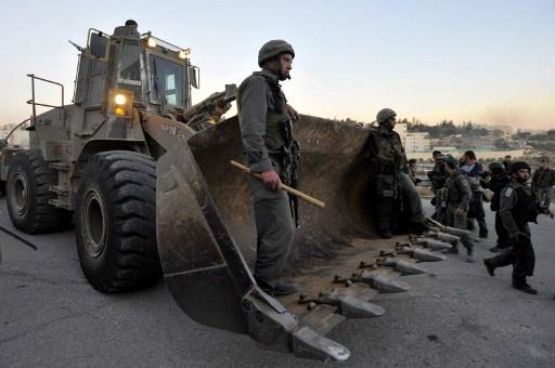 شاب فلسطيني يحاول اقتحام قاعدة إسرائيلية بجرافة