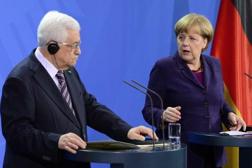 عباس يؤكد عرقلة الاستيطان للمفاوضات وميركل تدعو إسرائيل الى