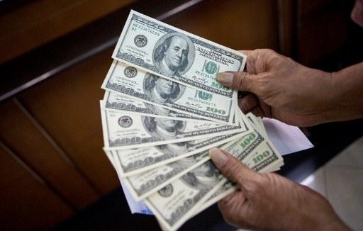 الدولار يهبط إلى أدنى مستوى له منذ 8 أشهر