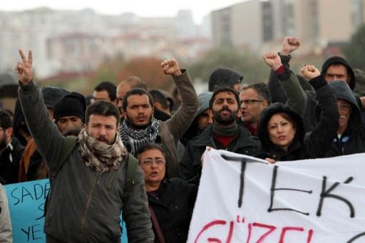 الشرطة تفرق تظاهرة طلابية في أنقرة احتجاجا على أعمال بناء واقتلاع أشجار