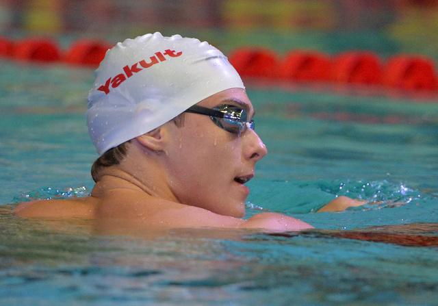 الروسي ماروزوف يحل أولاً في سباق 100م العالمي للسباحة