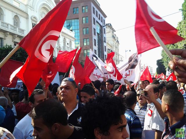 آلاف انصار المعارضة يتظاهرون في تونس مطالبين باستقالة الحكومة