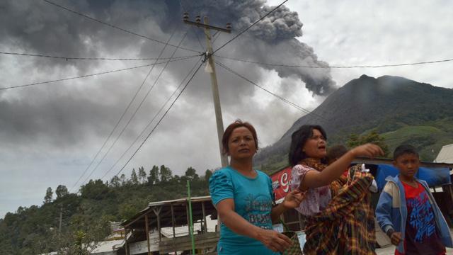 السلطات الإندونيسية تجلي سكان القرى القريبة من بركان سينابونغ الثائر