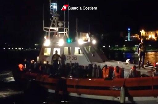 البحرية الايطالية تنقذ نحو 700 مهاجر قبالة صقلية