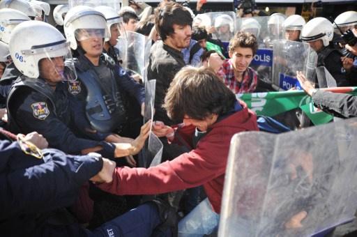 الشرطة التركية تستخدم الغاز المسيل للدموع لتفريق مظاهرة احتجاج